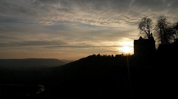 Die Sonne geht viel zu früh unter.